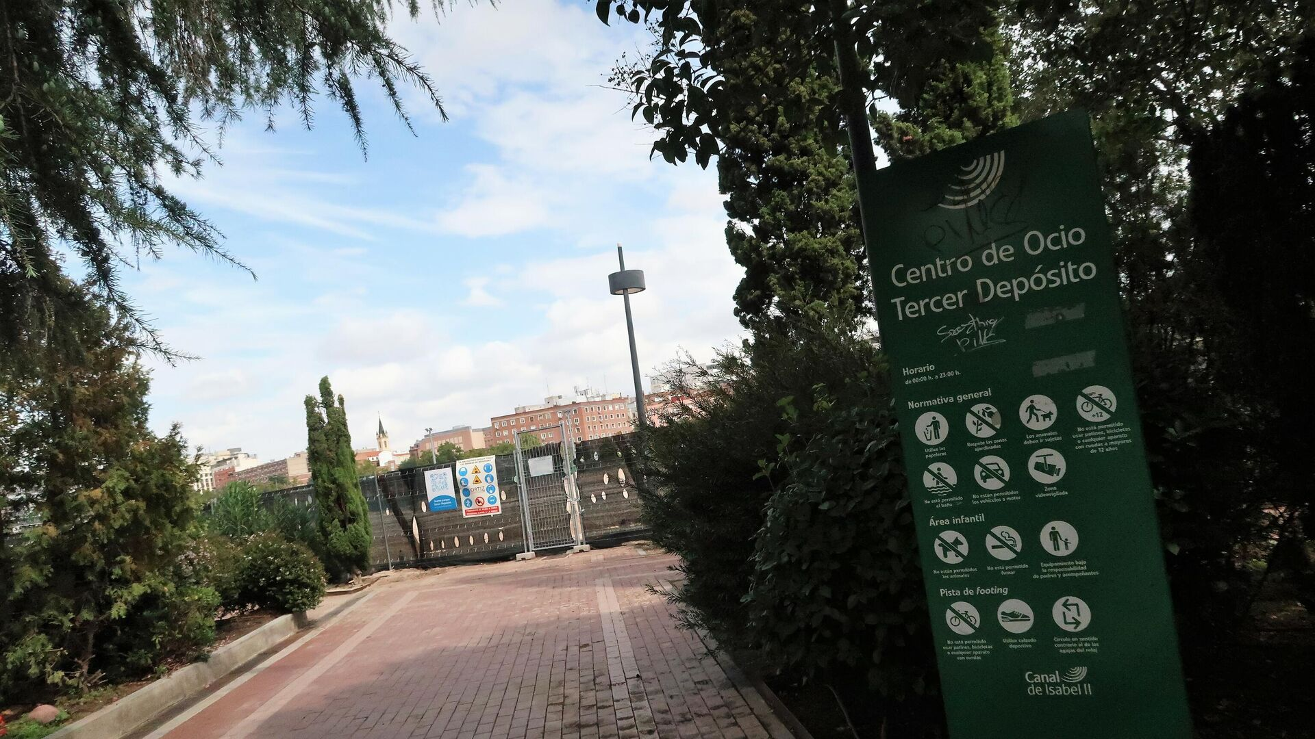 Vallas con nuevos carteles en el terreno de Chamberí donde se construyó el campo de golf - Sputnik Mundo, 1920, 02.10.2021