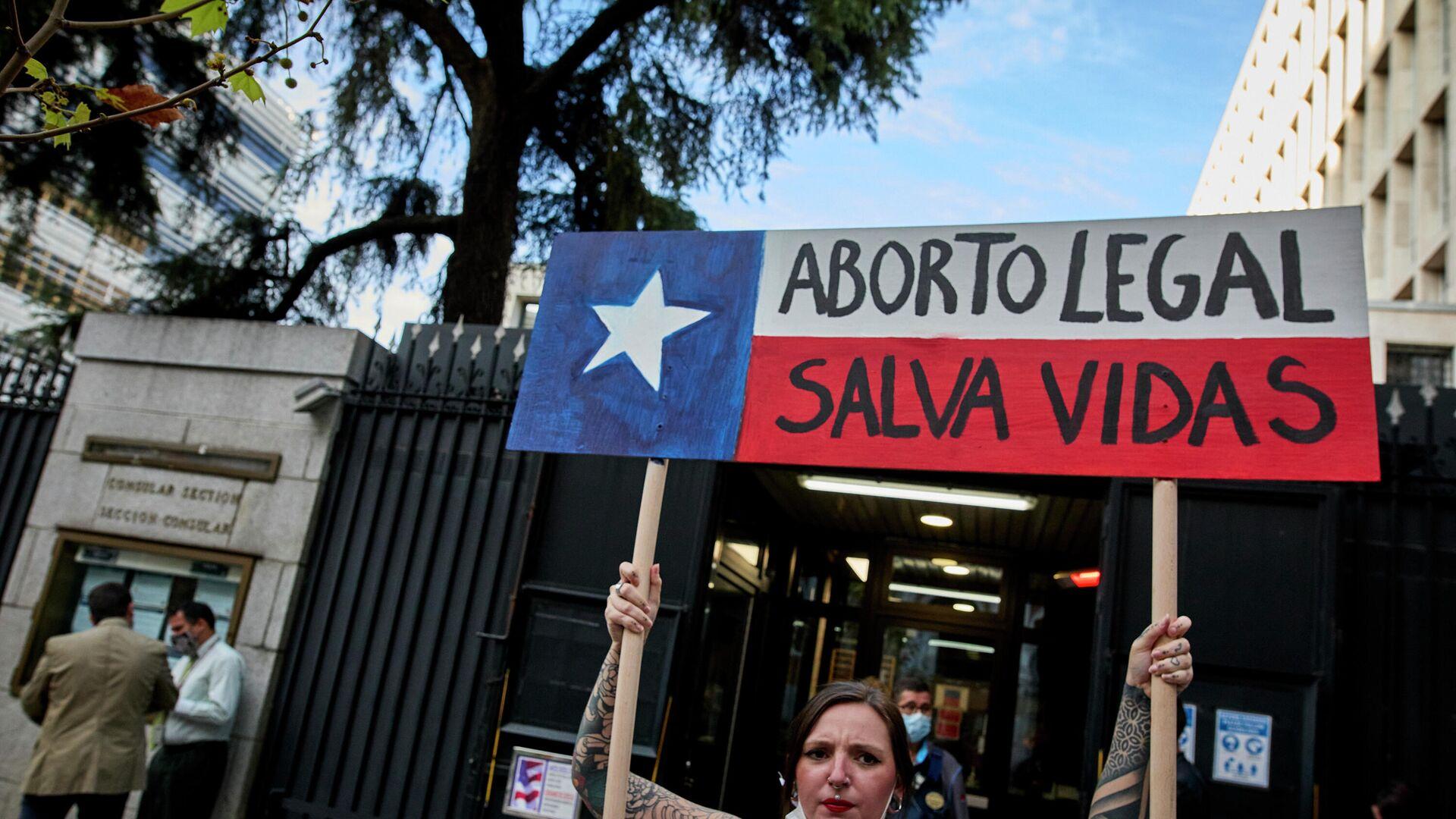 Una activista de Femen participa con una pancarta en una protesta contra la nueva ley del aborto que ha entrado en vigor en Texas, - Sputnik Mundo, 1920, 29.09.2021