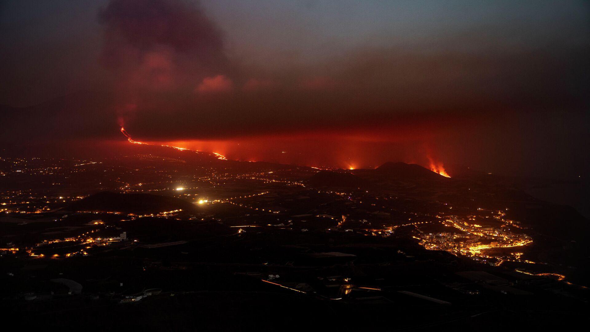 Vista aérea de la columna de humo y lava del volcán de Cumbre Vieja a su llegada al Océano Atlántico, a 28 de septiembre de 2021, en La Palma, Santa Cruz de Tenerife, Islas Canarias, (España) - Sputnik Mundo, 1920, 29.09.2021