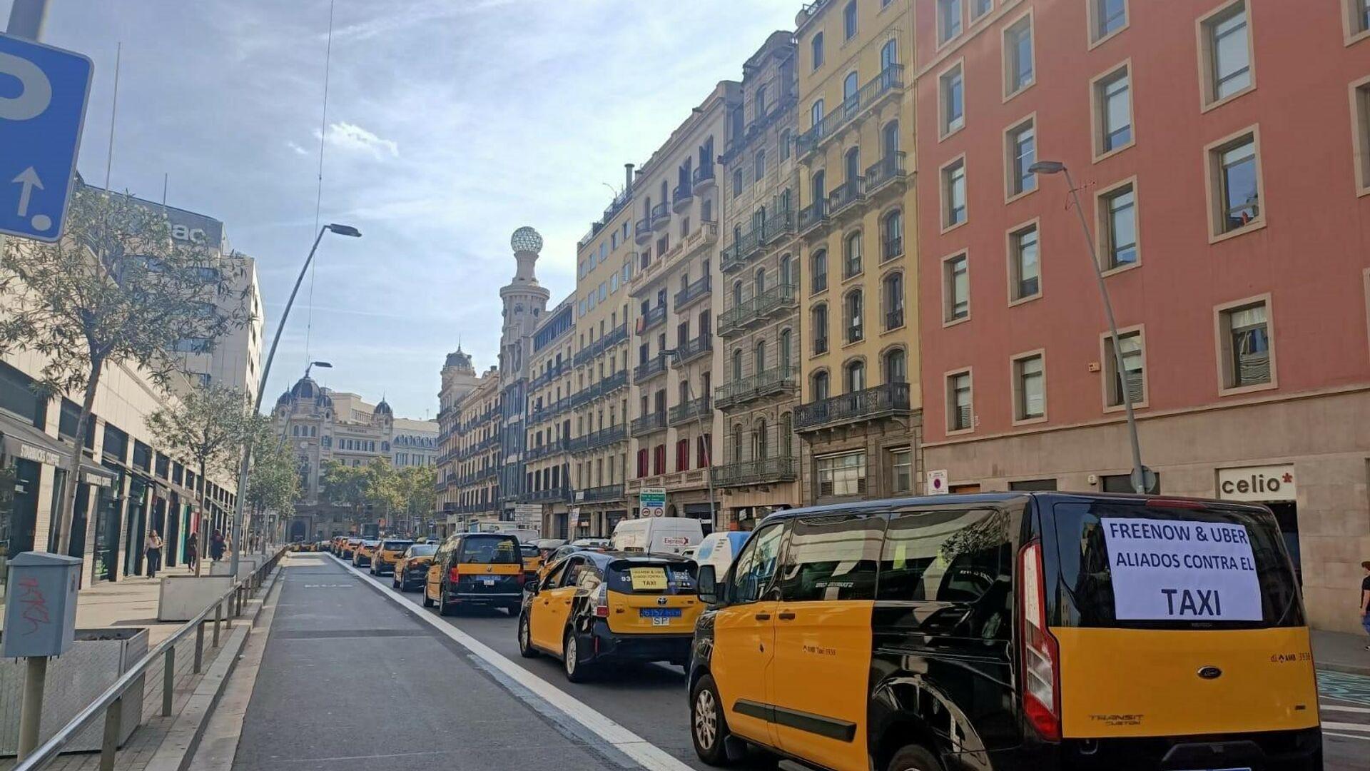Taxistas protestan en Barcelona con una marcha lenta - Sputnik Mundo, 1920, 29.09.2021