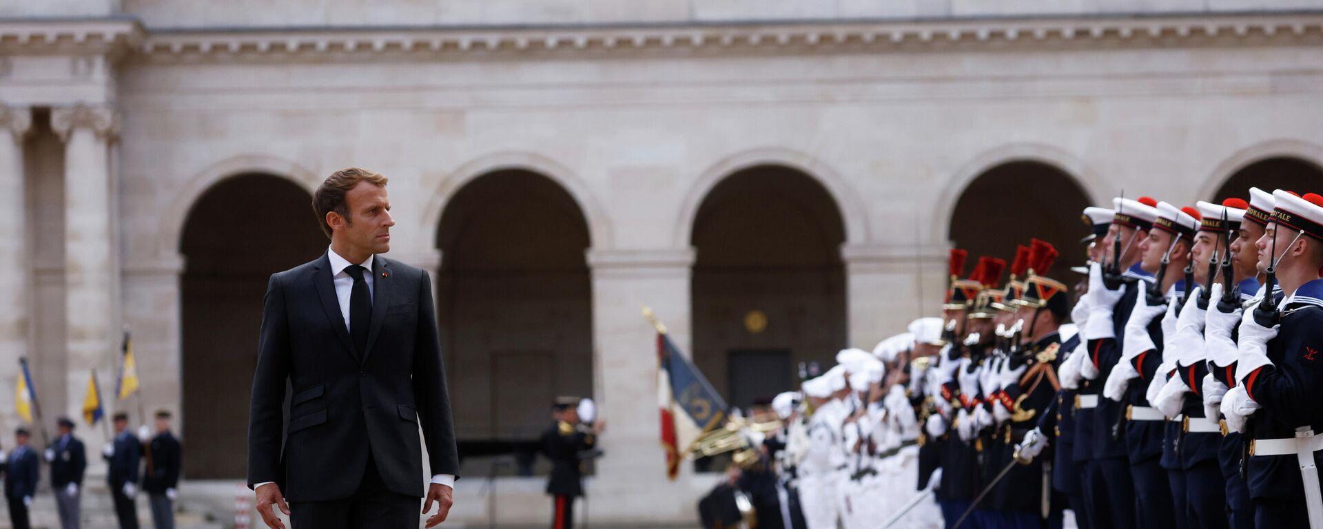 Emmanuel Macron, presidente de Francia, asiste a una parada militar en París, el 29 de septiembre del 2021 - Sputnik Mundo, 1920, 29.09.2021
