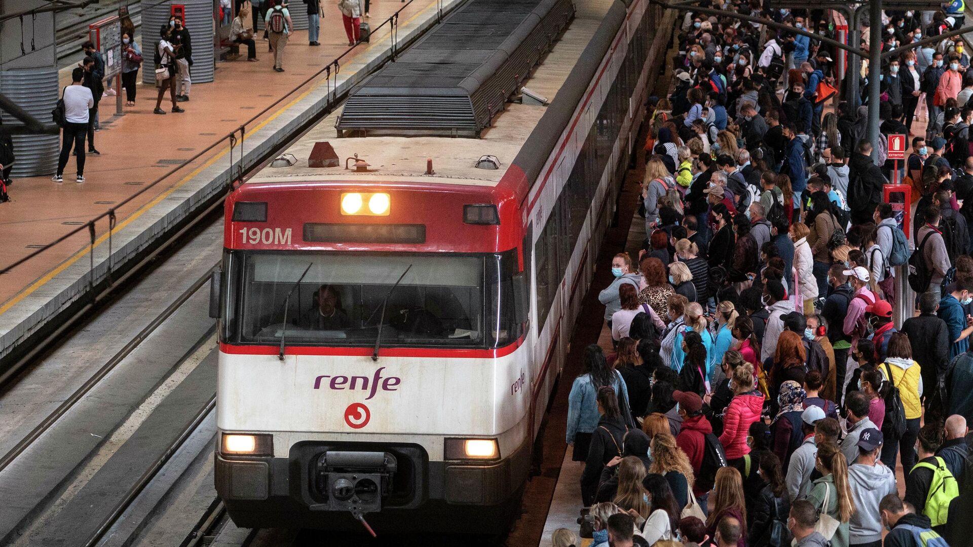 Gran número de pasajeros en la estación de Atocha durante el primer día de huelga en Renfe (Madrid) - Sputnik Mundo, 1920, 30.09.2021