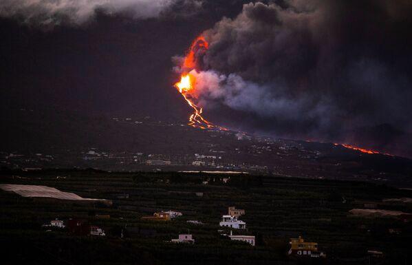 Hasta hace poco, la isla de La Palma se consideraba un lugar paradisíaco, pero hoy en día se convirtió en un desastre medioambiental. La lava fundida ya ha llegado hasta el océano Atlántico. La colisión del magma y el agua salada ha generado una serie de explosiones y una espesa niebla acre de vapor y diminutas partículas de ceniza que se cierne sobre las Canarias. - Sputnik Mundo