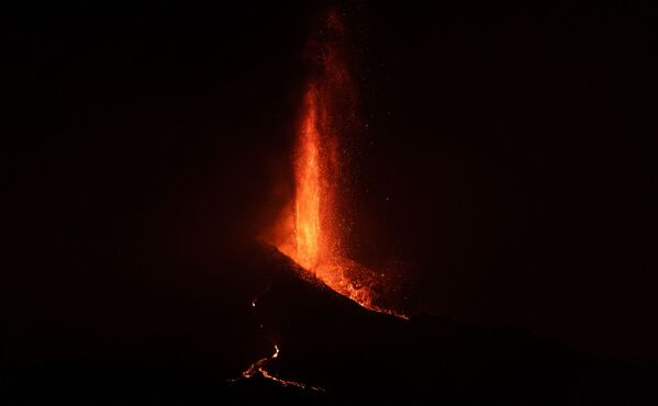 El volcán actúa de forma imprevisible, con su lava entrando y saliendo de control. La nube venenosa se extiende poco a poco sobre el continente. - Sputnik Mundo