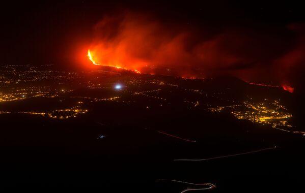 Los expertos del Instituto Español de Oceanología informan que el flujo de lava que se desprende de la roca ha formado una pirámide en el agua. La pirámide ha alcanzado ya una altura de 50 metros y sigue creciendo. - Sputnik Mundo