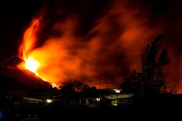 El intenso vapor formado a causa de la mezcla de lava y agua crea una zona de alta presión. Esto amenaza con lo que se conoce como 'bombas de lava', cuando trozos gigantes de roca pueden explotar en todas direcciones a velocidades increíbles. - Sputnik Mundo
