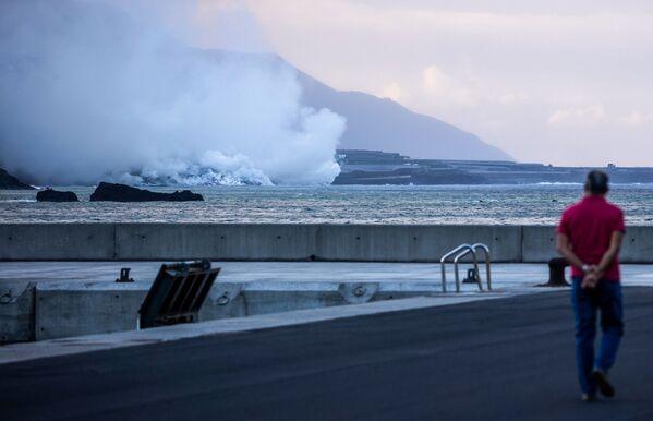 Hasta ahora, las corrientes de lava han cubierto más de 330 hectáreas de terreno y han destruido un millar de edificios. La lava ha quemado las plantaciones de plátano de Puerto Naos, El Remo y La Bombilla, donde sus exportaciones representan la mitad del PIB local. - Sputnik Mundo