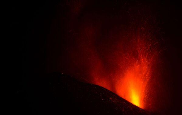 El 19 de septiembre comenzó una erupción volcánica en la cresta volcánica activa de Cumbre Vieja, en las islas Canarias. Durante la semana se registraron más de 20.000 sismos en la zona. El 27 de septiembre se informó que el volcán había dejado de emitir lava y expulsaba humo y cenizas. Sin embargo, la pausa entre las erupciones resultó ser de corta duración. Los expertos prevén que la erupción podría durar entre 24 y 84 días. - Sputnik Mundo