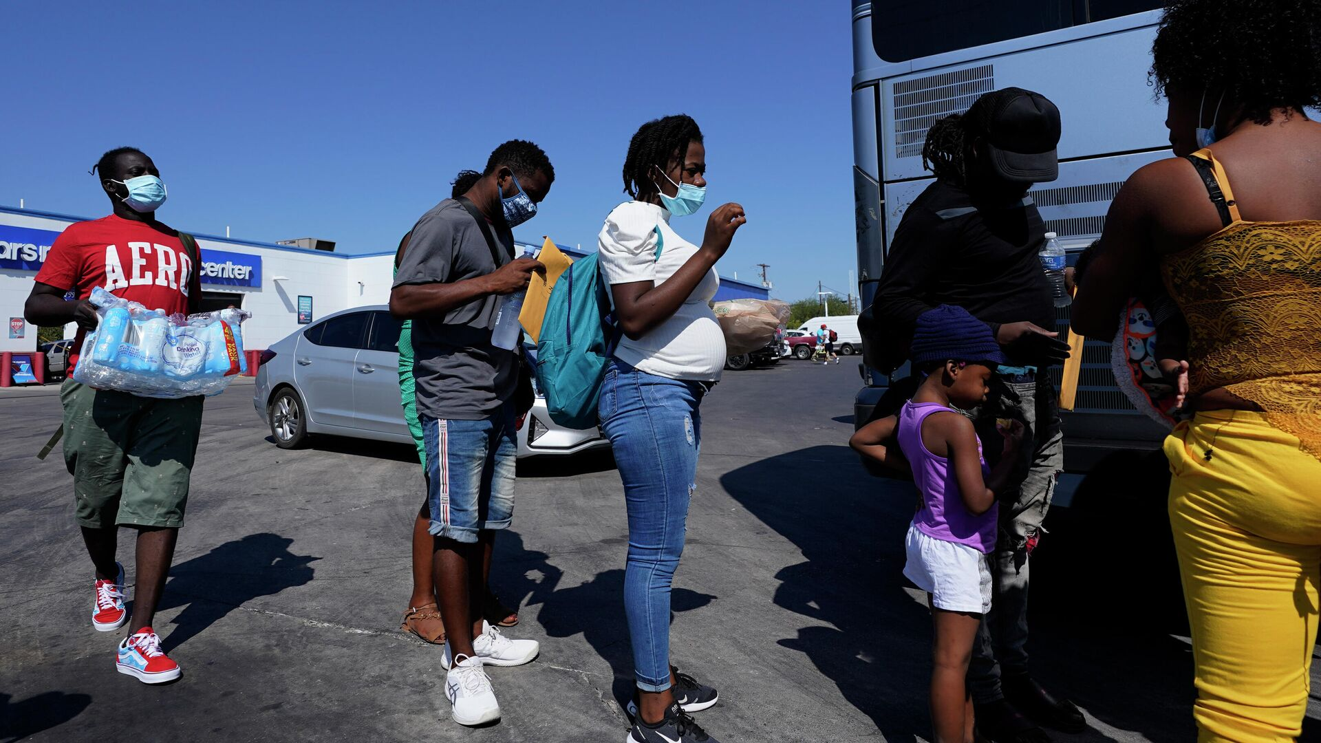 Los haitianos cerca del autobús  - Sputnik Mundo, 1920, 30.09.2021