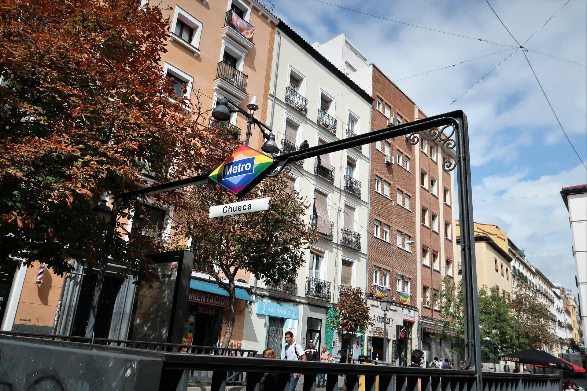 Parada de metro de Chueca, en Madrid, con la bandera arcoiris - Sputnik Mundo, 1920, 01.10.2021