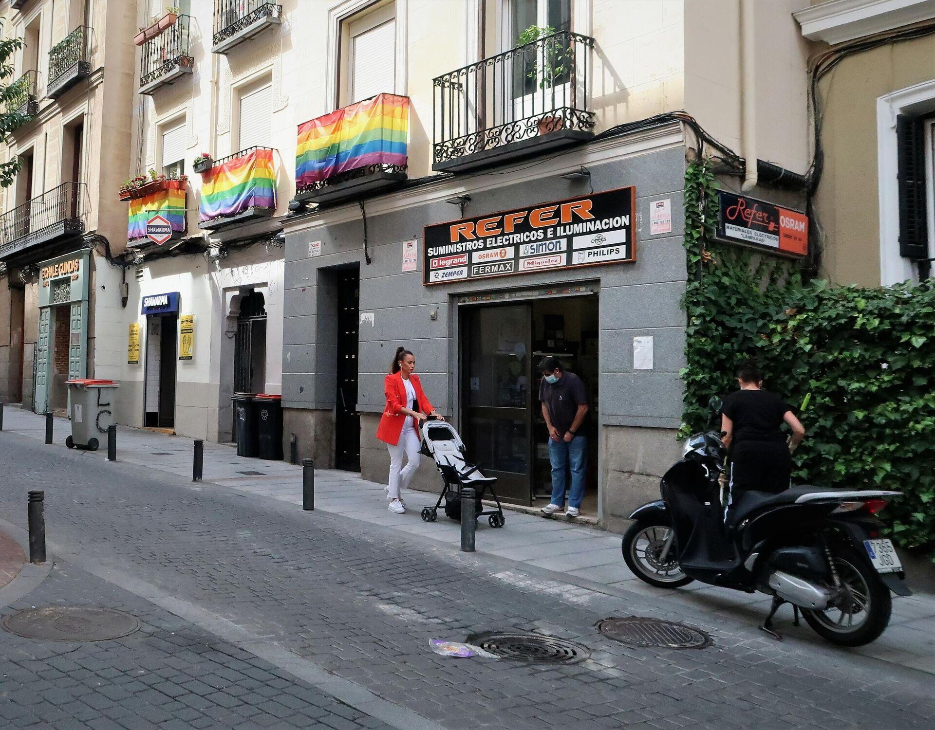 Una calle del barrio de Chueca, en Madrid, con la bandera arcoiris - Sputnik Mundo, 1920, 01.10.2021