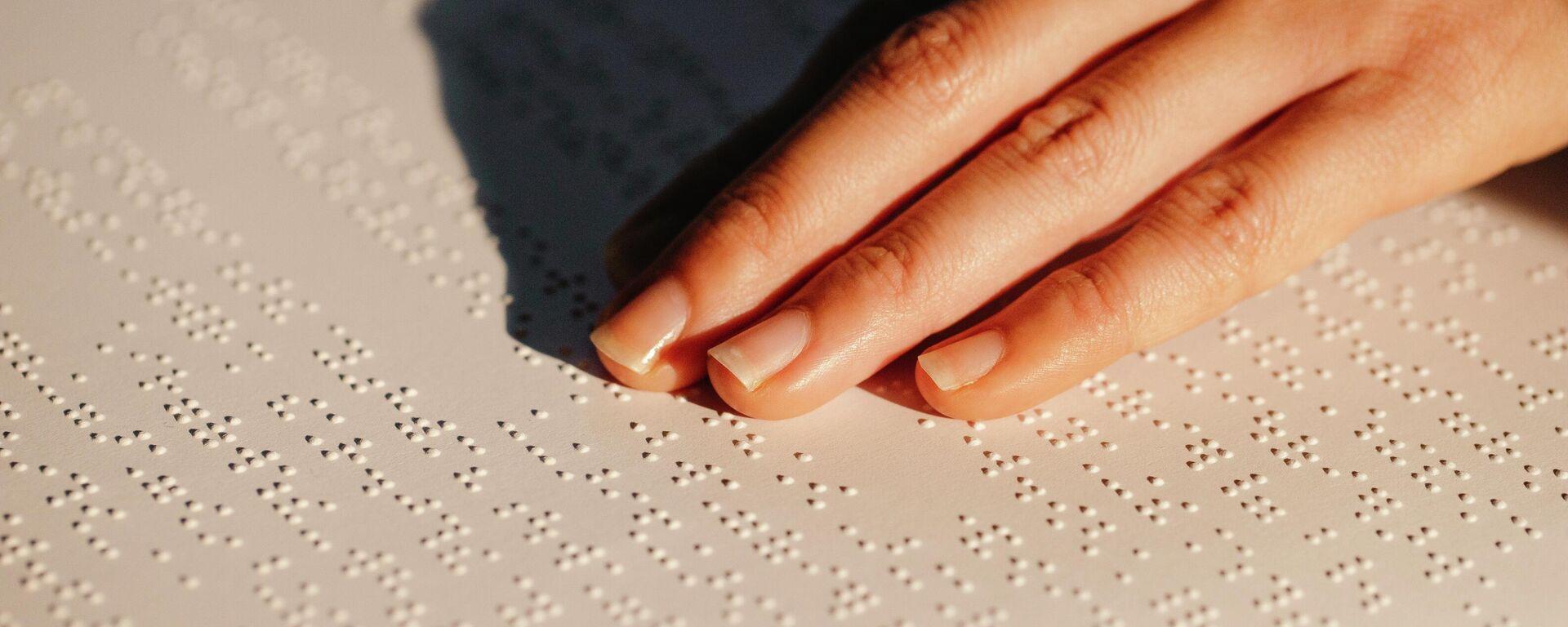 Una persona leyendo en braille - Sputnik Mundo, 1920, 01.10.2021