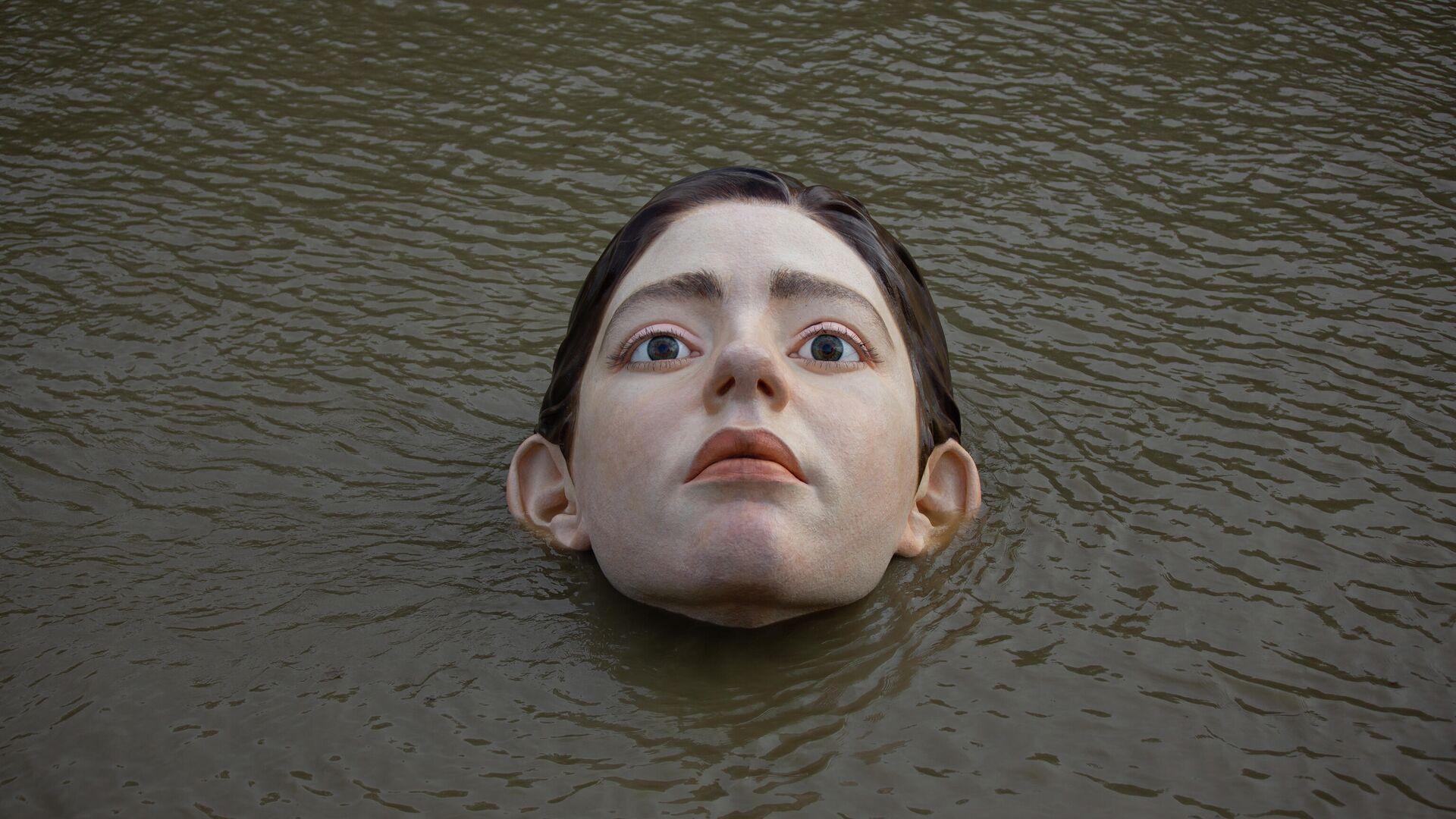 Una figura de una niña sumergida en el río de Bilbao - Sputnik Mundo, 1920, 01.10.2021