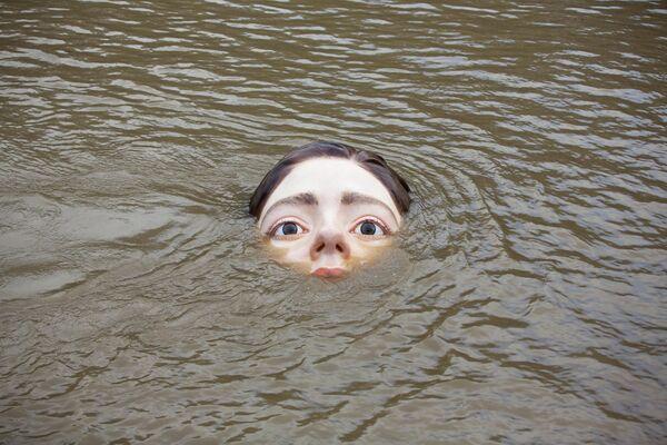 Una figura de una niña sumergida en el río de Bilbao - Sputnik Mundo