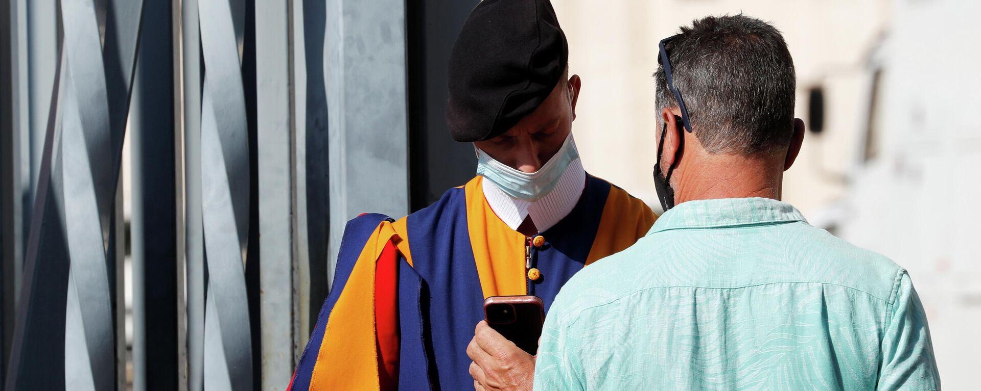 Un hombre muestra su pase sanitario en Vaticano - Sputnik Mundo, 1920, 01.10.2021