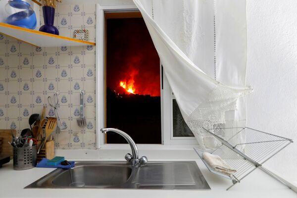 Vista desde la ventana de una vivienda a la lava del volcán Cumbre Vieja en La Palma, parte de las islas Canarias, España. - Sputnik Mundo