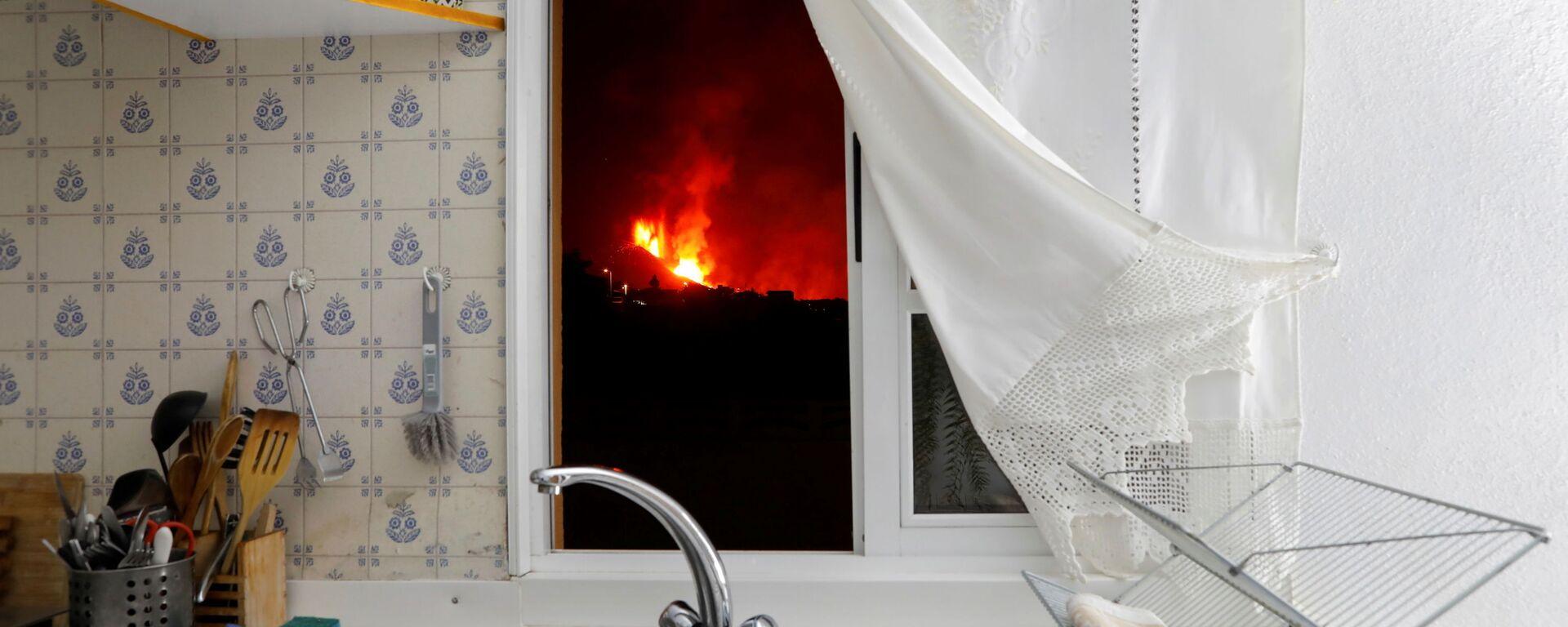 Вид на лаву из окна кухни на Канарском острове Ла-Пальма, Испания - Sputnik Mundo, 1920, 02.10.2021