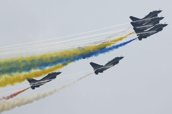El equipo acrobático de la Fuerza Aérea China 1 de Agosto actúa en la ceremonia de apertura del Airshow China en Zhuhai. - Sputnik Mundo