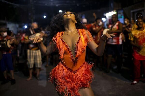 Ensayo en la escuela de samba Unidos de Padre Miguel, en Río de Janeiro (Brasil), que ya ha empezado a prepararse para el Carnaval 2022. - Sputnik Mundo