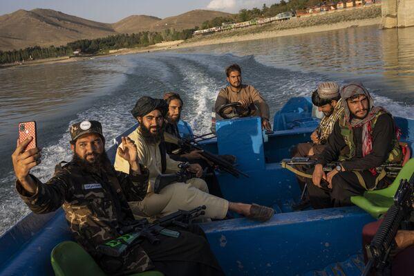 Combatientes talibanes (organización terrorista prohibida en Rusia) en un viaje en barco por el embalse de Karga, cerca de Kabul, Afganistán. - Sputnik Mundo