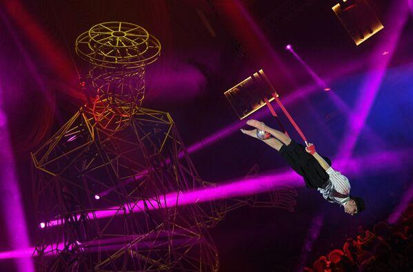 Un trapecista actúa en el Gran Circo Estatal de San Petersburgo en un programa dedicado al centenario de la famosa estrella de cine y circo soviético y ruso Yuri Nikulin. - Sputnik Mundo