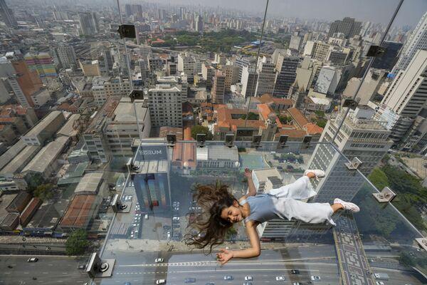 Una chica en el mirador de cristal del rascacielos Sampa Sky Mirante do Vale en San Paulo, Brasil. - Sputnik Mundo