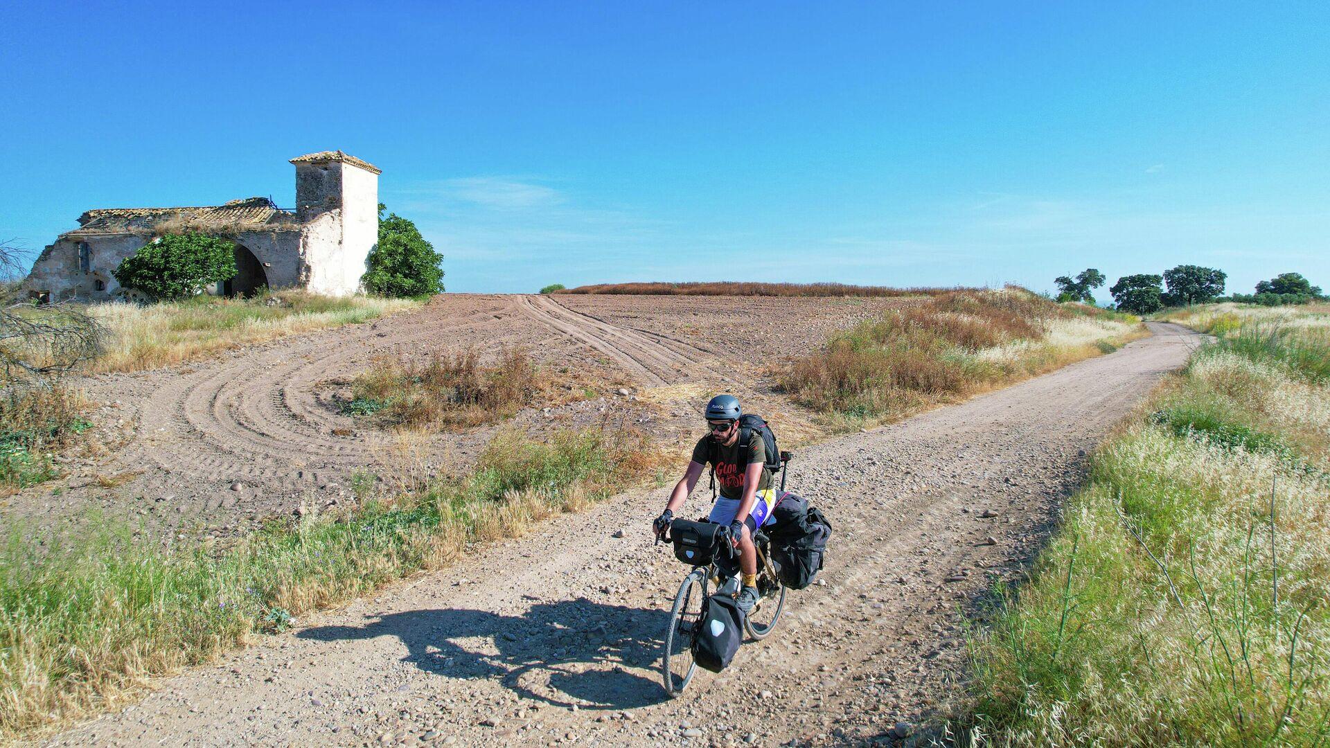 Sergi Unanue pedaleando por tierras castellanas  - Sputnik Mundo, 1920, 01.10.2021