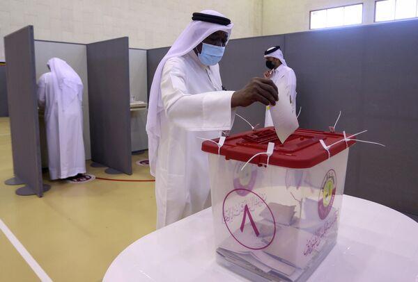 El poder legislativo en Catar lo ejerce históricamente el emir. En 1972, se estableció el Consejo Consultivo (Majlis al-Shura), un organismo estatal con funciones consultivas, 35 miembros de los cuales el emir designa a su discreción por un período de cuatro años. - Sputnik Mundo