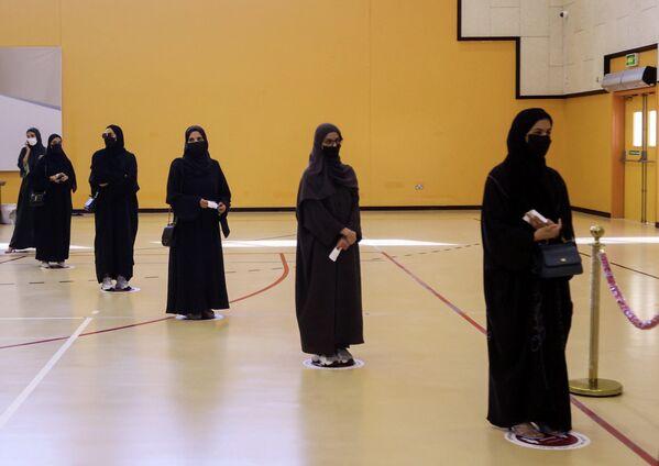 La población de Catar es de 2,8 millones, pero solo el 10% de los que viven en el emirato, 300.000 personas, tienen derecho a voto. Según la ley existente, solo pueden votar aquellos cuyas familias vivían en el país antes de 1930. Esta situación provoca descontento entre los representantes de algunas tribus. - Sputnik Mundo
