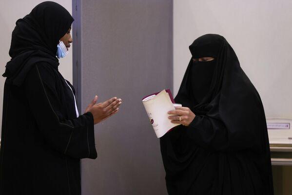 El Consejo de la Shura redacta leyes, aprueba el presupuesto estatal, discute temas importantes y asesora al emir Sheij Tamim bin Hamad Al Thani, pero no tiene poder legislativo en materia de defensa, seguridad y economía. - Sputnik Mundo
