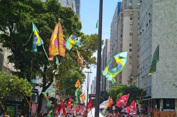 La izquierda brasileña protesta en las calles contra el Gobierno de Bolsonaro - Sputnik Mundo