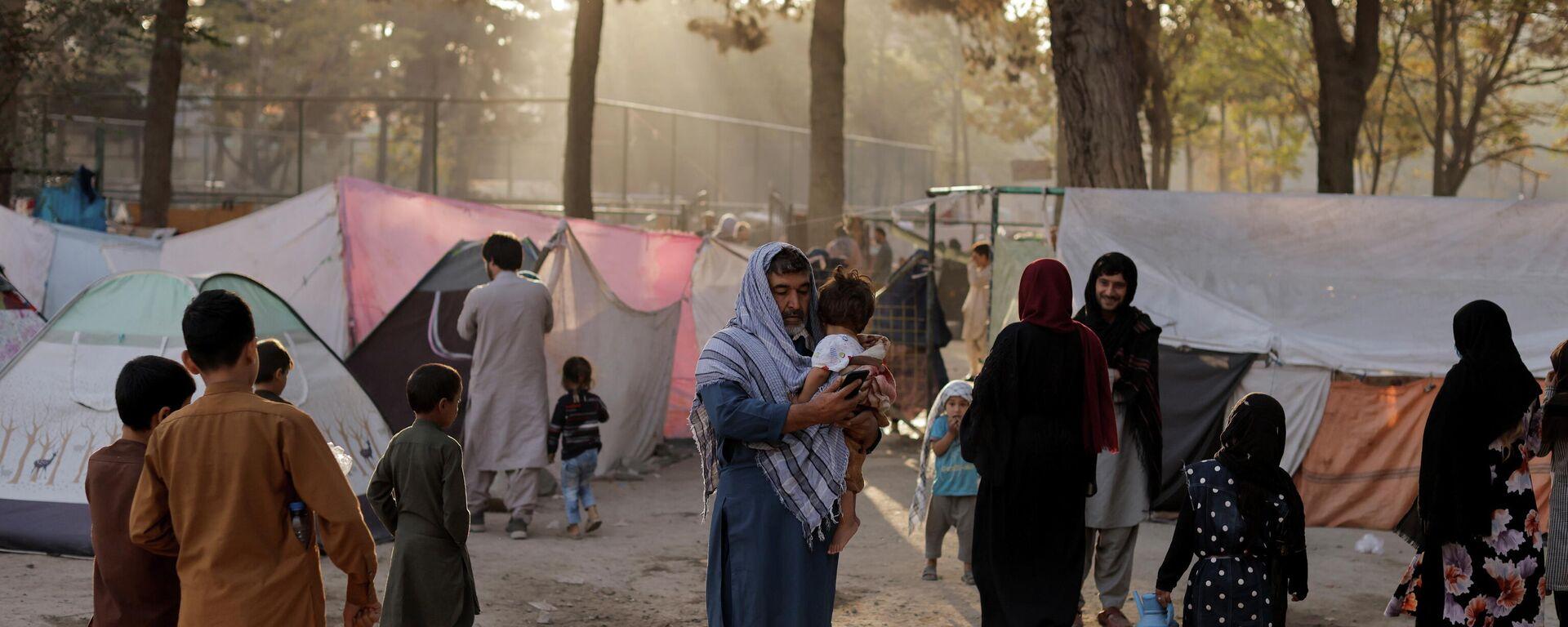 Familias afganas desplazadas, que huyen de la violencia en sus provincias, cerca de tiendas de campaña en el parque Shahr-e Naw, en Kabul, Afganistán, 4 de octubre de 2021 - Sputnik Mundo, 1920, 04.10.2021