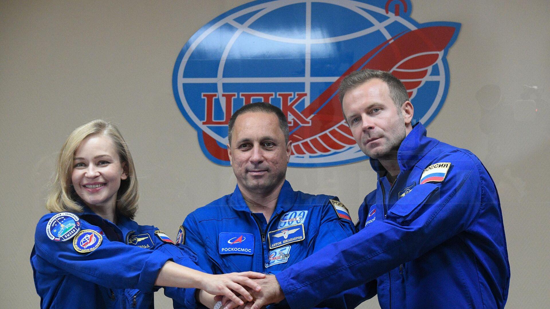 La tripulación integrada por la actriz rusa Yulia Peresild, el cosmonauta Antón Shkaplerov y el director de cine Klim Shipenko - Sputnik Mundo, 1920, 04.10.2021