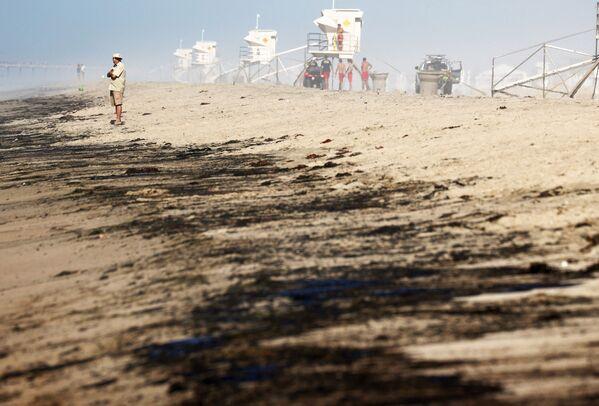 """Las autoridades del condado, que calificaron el incidente de """"catástrofe medioambiental"""", pidieron ayuda al presidente de Estados Unidos, Joe Biden, y llamaron a declarar el área alrededor de Huntington Beach como zona de desastre. Esto permitiría dedicar fondos del presupuesto federal a limpiar el territorio de productos petrolíferos. - Sputnik Mundo"""