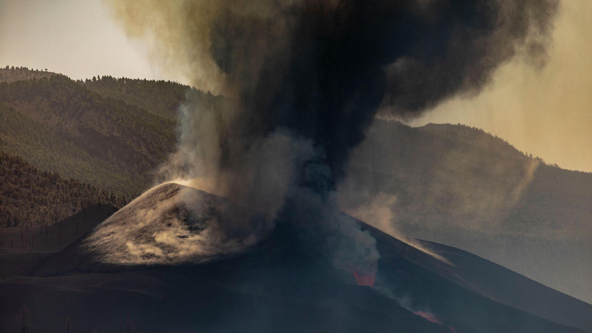 Columna de humo procedente del volcán de Cumbre Vieja (La Palma) - Sputnik Mundo, 1920, 04.10.2021