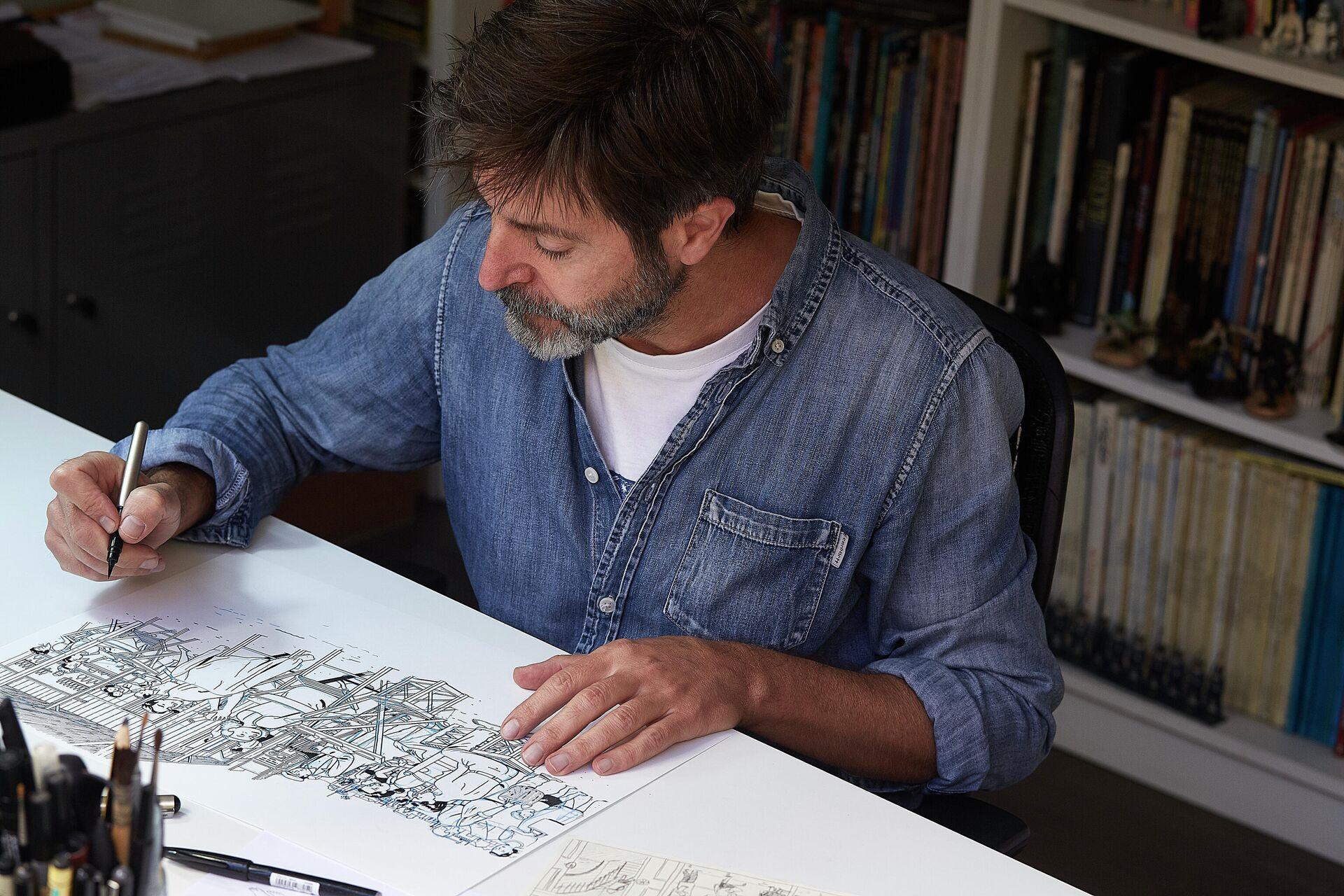 El dibujante español Paco Roca con uno de sus cómics - Sputnik Mundo, 1920, 04.10.2021
