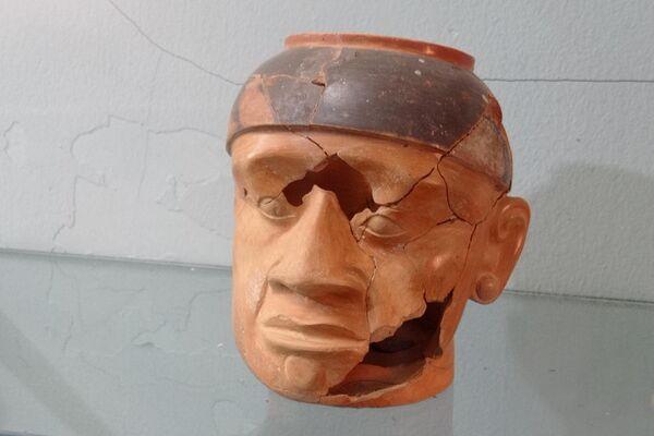 Piezas arqueológicas tiwanakotas en el Museo Comunitario Isla Pariti  - Sputnik Mundo