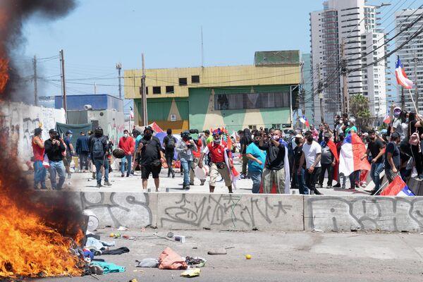 Quema de pertenencias de migrantes venezolanos en Iquique, el 25 de septiembre de 2021 - Sputnik Mundo