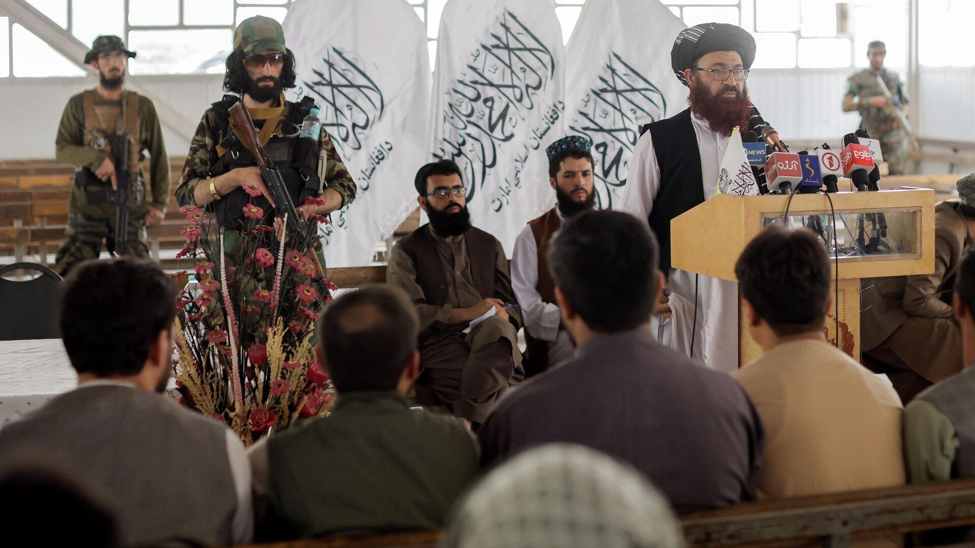 Funcionarios talibanes de Afganistán asisten a una rueda de prensa en la que anunciaron que volverán a emitir pasaportes a sus ciudadanos luego de meses de demoras que obstaculizaron los intentos de quienes intentaban huir del país, en Kabul, Afganistán, el 5 de octubre de 2021 - Sputnik Mundo, 1920, 05.10.2021