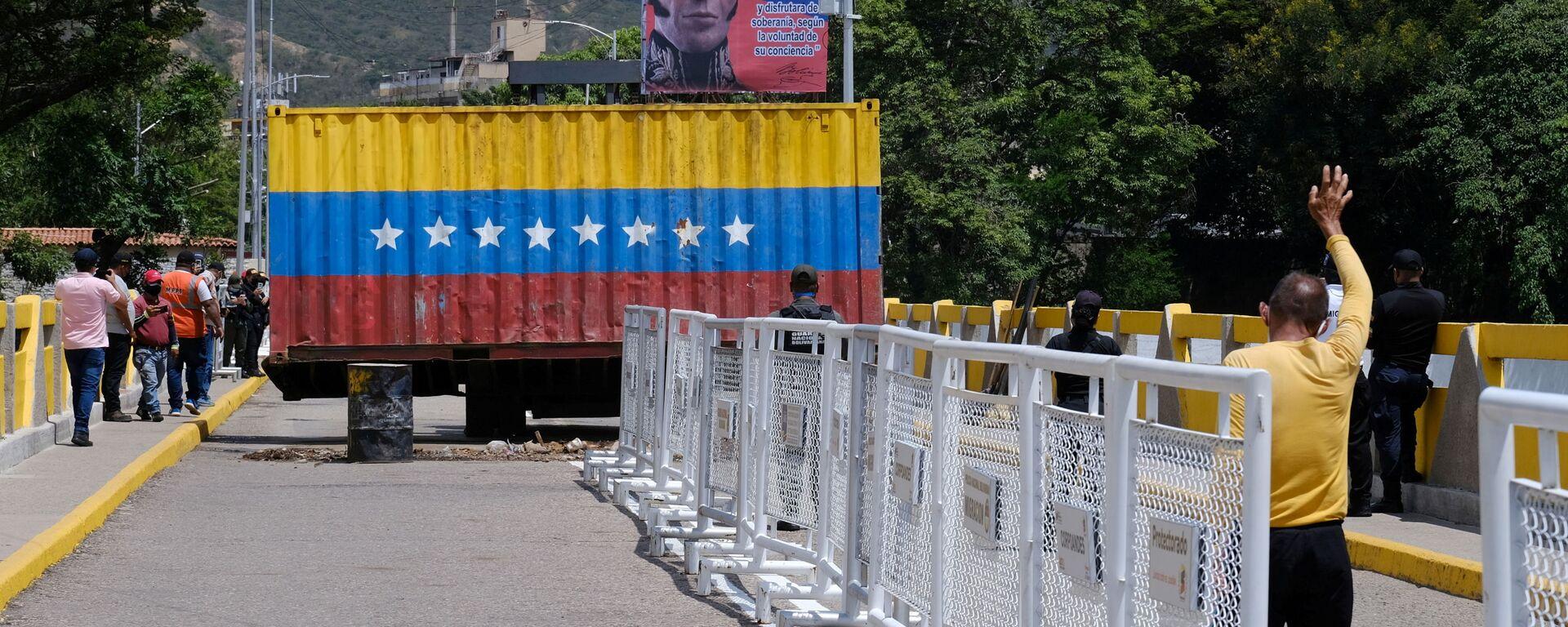 Перенос контейнера на открывшейся границе между Венесуэлой и Колумбией  - Sputnik Mundo, 1920, 05.10.2021