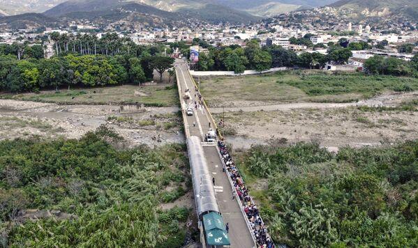 Una vista aérea del puente Simón Bolívar, ubicado en la frontera entre Colombia y Venezuela, tras su reapertura. - Sputnik Mundo
