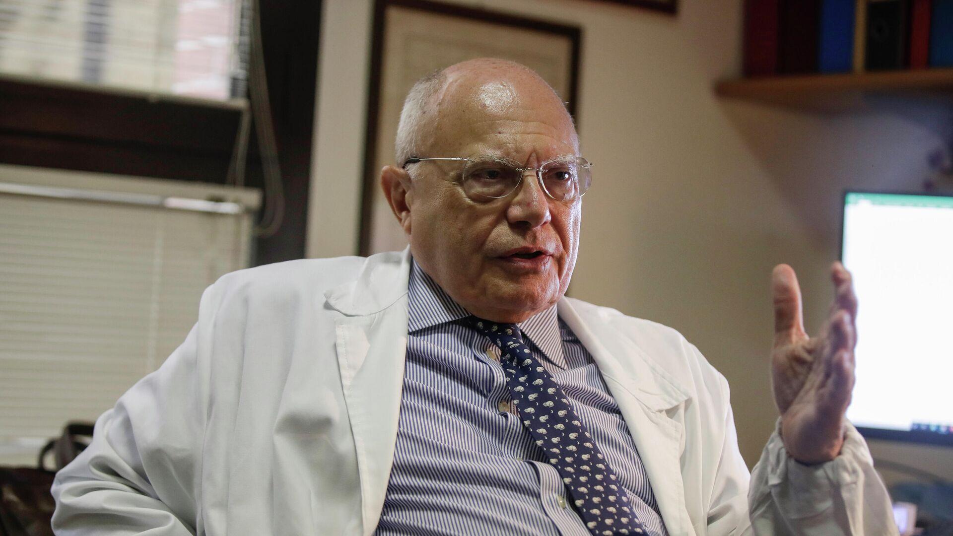 Massimo Galli, director del hospital Sacco de Milán y uno de los virólogos más famosos de Italia - Sputnik Mundo, 1920, 05.10.2021
