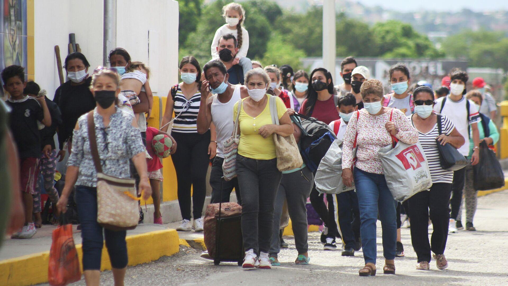 Personas autorizadas por razones humanitarias llegan por el puente internacional Simón Bolívar desde Cúcuta, Colombia, mientras se reabre el cruce en San Antonio del Táchira, Venezuela el 4 de octubre de 2021 - Sputnik Mundo, 1920, 05.10.2021