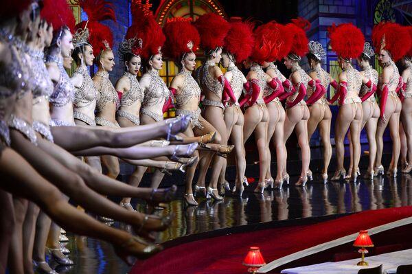 Las bailarinas del cabaret parisino batiendo un récord Guinness. - Sputnik Mundo