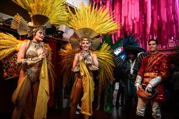 Unas bailarinas antes del ensayo de su primer espectáculo tras la reapertura del Moulin Rouge. - Sputnik Mundo