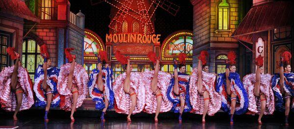 Unas bailarinas del Moulin Rouge intentan romper el récord Guinness del cancán, en noviembre del 2010. - Sputnik Mundo