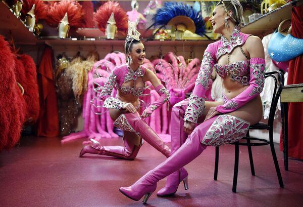 Unas bailarinas del Moulin Rouge se preparan para un espectáculo. - Sputnik Mundo