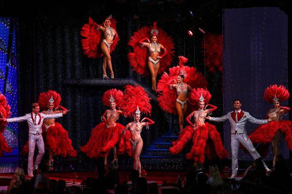 Un ensayo del primer espectáculo del Moulin Rouge tras su reapertura. - Sputnik Mundo