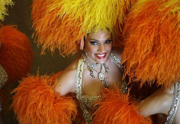 Una bailarina del Moulin Rouge toma parte en el Carnaval de Río de Janeiro. - Sputnik Mundo