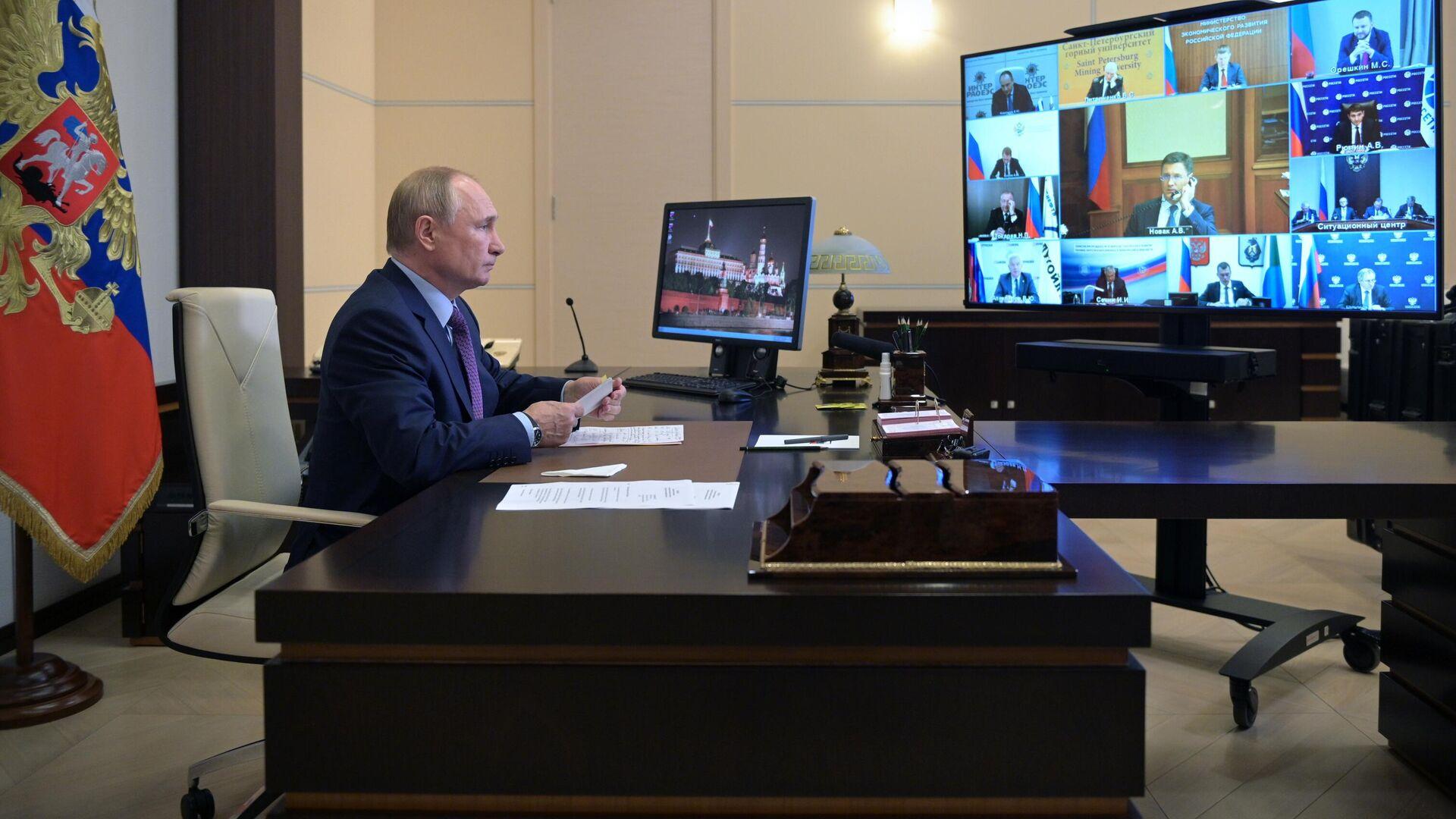 El presidente de Rusia, Vladímir Putin, durante una videoconferencia sobre el desarrollo de la energía en Rusia, 6 de octubre - Sputnik Mundo, 1920, 06.10.2021